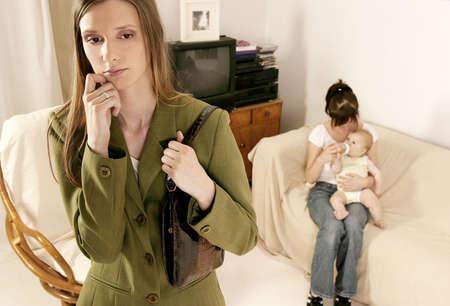 madre trabajadora: madre de trabajo que deja a un beb� en el pa�s con una nin@era