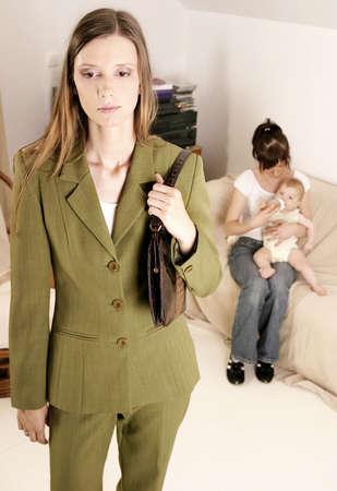 madre trabajadora: trabajadora madre de familia que deja un beb� en casa con una ni�era