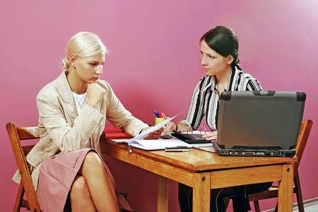 discutere: due giovani donne discutere su alcuni documenti sulla rosa -