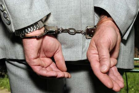 punos: Detenido un hombre en traje de negocios - esposas en las manos - de cerca Foto de archivo