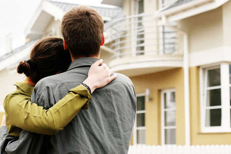 droomhuis: paar in de voorzijde van een woonhuis in de moderne woonwijk