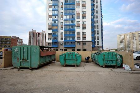 botes de basura: botes de basura alrededor de los edificios nuevos