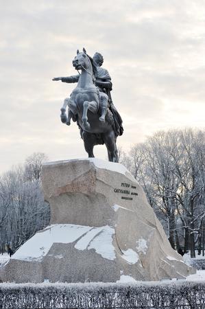 uomo a cavallo: ST. PETERSBURG, RUSSIA - 9 GEN 2016: il monumento di Pietro il Grande - il cavaliere di bronzo a San Pietroburgo, Russia Editoriali