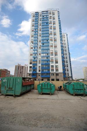 botes de basura: ST. PETERSBURGO, Rusia - 8 de septiembre: cubos de basura alrededor de los nuevos edificios el 8 de septiembre de 2014, San Petersburgo, Rusia.