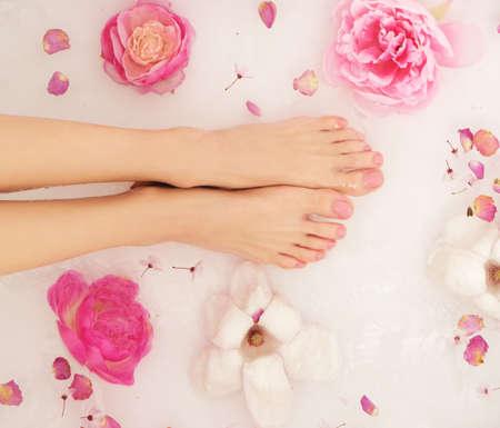 La femme prend un bain. Gros plan des mains et des pieds féminins dans l'eau.