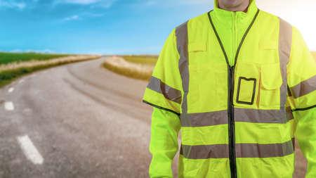 Trabajador con ropa de seguridad reflectante de alta visibilidad. Concepto de trabajo y seguridad vial. Mucho espacio para copiar su propio texto o producto.