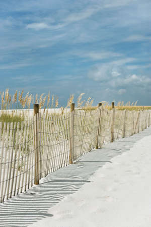 Afgezonderd strand pad, witte zand stranden, blauwe hemel, zwoele dag  Stockfoto