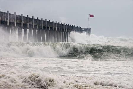 ハリケーン ・ アイクの外のバンドに影響を与えるフロリダの海岸、2008 年 9 月、シースプレイ、荒波の中で撮影した写真。 写真素材