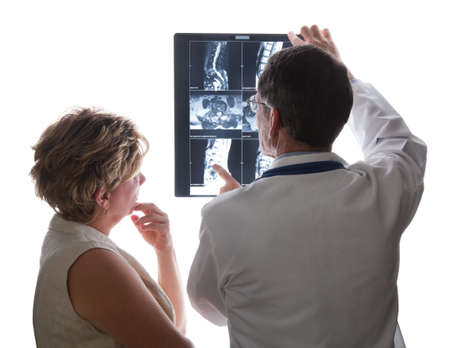 Médico y paciente ver X-Ray/MRI escanea de su espalda y su estado discutiendo Foto de archivo - 4737357