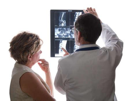 artritis: M�dico y paciente ver X-RayMRI escanea de su espalda y su estado discutiendo