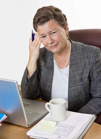 カメラ、非常に不良を見てホット フラッシュと頭痛を持つ彼女の机で成熟した実業家。 写真素材 - 5065837