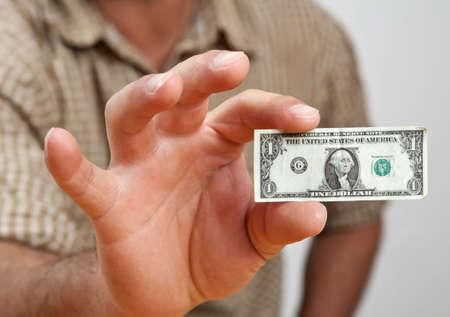 Closeup van hand een zeer kleine dollar rekening te houden.