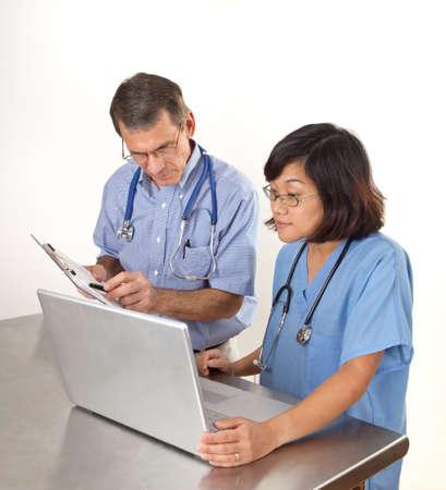 医師や看護師のラップトップ コンピューターで。