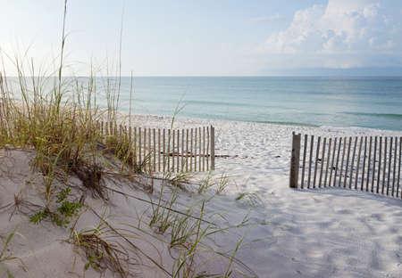 Landschap van duinen, strand en oceaan bij zonsopgang op de Golf van Mexico