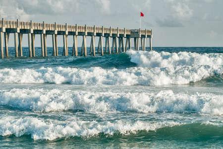 フロリダ州ペンサコーラ ビーチで釣り桟橋周辺の波のクラッシュ 写真素材