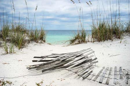 avena: muro de arena de edad tumbado en la playa en invierno en Florida.