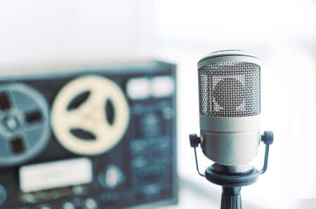 microfono antiguo: micrófono y grabadora de edad Foto de archivo
