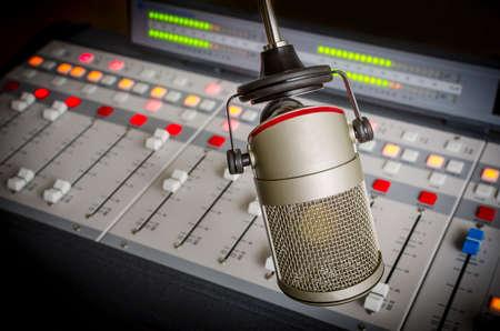 라디오 스튜디오에서 오디오 콘솔과 마이크