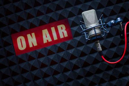 ラジオのスタジオでプロのマイク