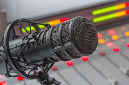 ラジオ局: ラジオ スタジオでプロのマイク