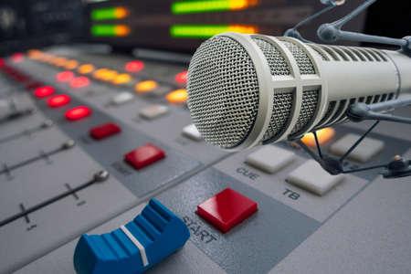 Micrófono profesional en estudio de radio