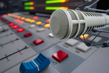 Microphone professionnel en studio radio