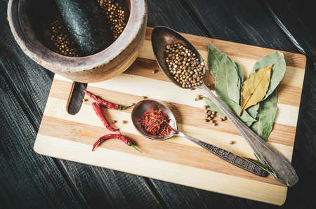 mortar and spices on a cutting board Standard-Bild