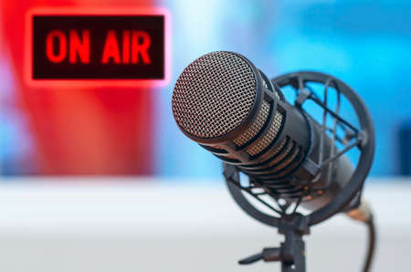 Professional microphone in radio station studio and on air sign Standard-Bild