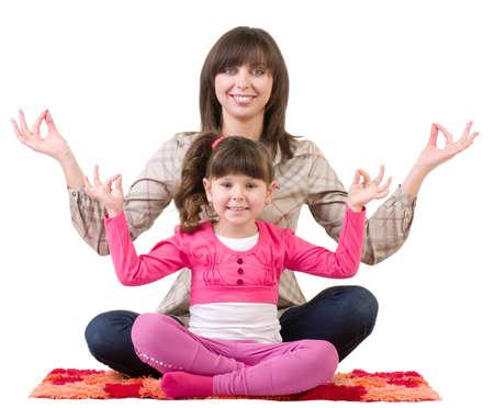 mujer hijos: Familia feliz, hermosa madre joven y su peque�a hija que abarca en la meditaci�n