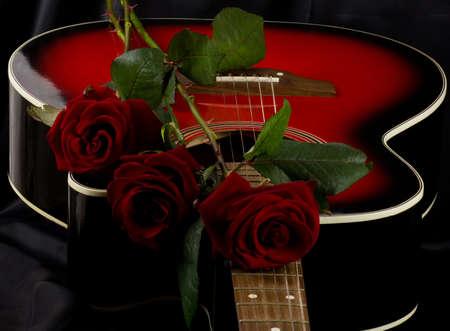 rosas negras: Hermosa guitarra de color rojo con rosa roja sobre fondo negro