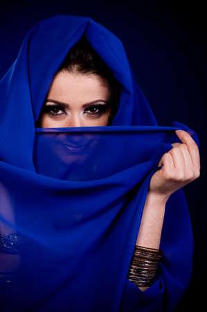 femme musulmane: Belle jeune femme en v�tements de couleur arabian Banque d'images