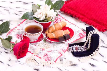 petit dejeuner romantique: Belle petit-d�jeuner romantique avec des cadeaux et se leva sur un lit Banque d'images