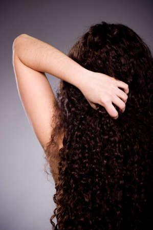 Donna s torna con i capelli lunghi boccoli Archivio Fotografico - 12560716