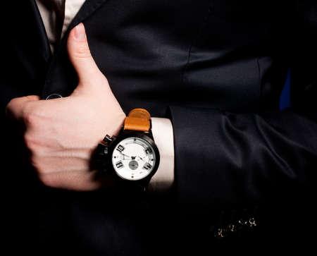 Mooie mannelijke hand met een klok
