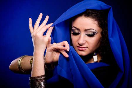 Belle jeune femme en vêtements de couleur arabian