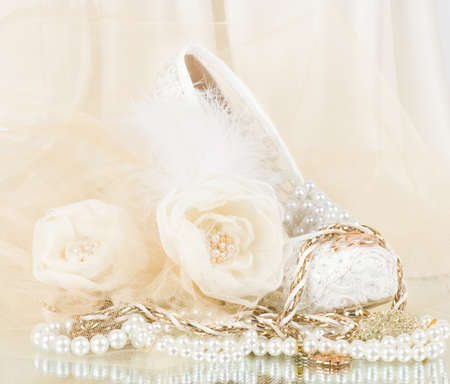 La mariée belle rose avec la chaussure de mariage et perles