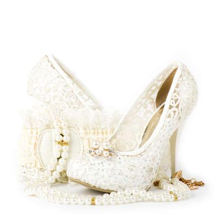Les belles chaussures de mariée, de la dentelle et des perles