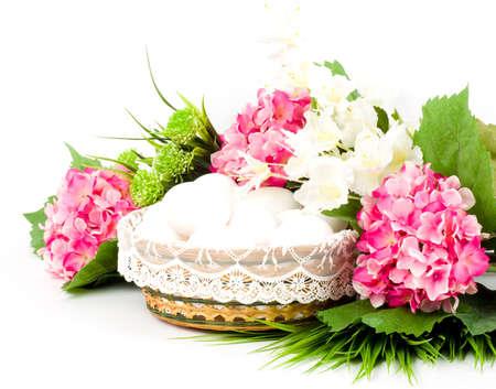 Korb mit Ostereiern und Frühlingsblumen