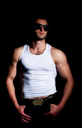 muscle shirt: El hombre de moda muscular en una manera plantean