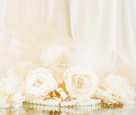 花と白い背景の上にビーズを持つヴィンテージのレース