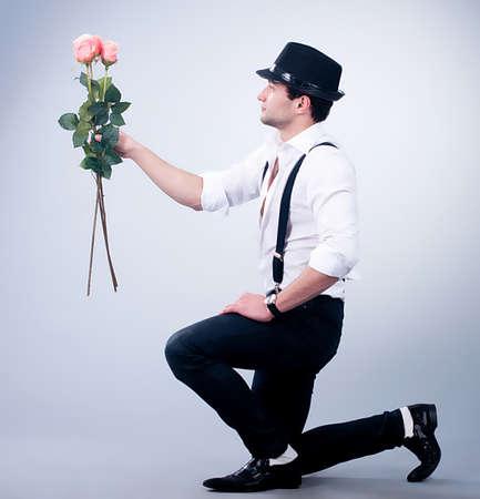 背景にピンクのバラとバレンタイン男