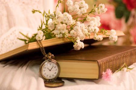 vieux livres: Montre de poche antique, ouvert vieux livres et des fleurs