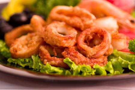 calamar: Tasty anillos de calamar fritos profundos con verduras Foto de archivo