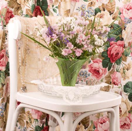 Vase avec des fleurs en tissu et des femmes sur la chaise blanche Banque d'images - 14257873
