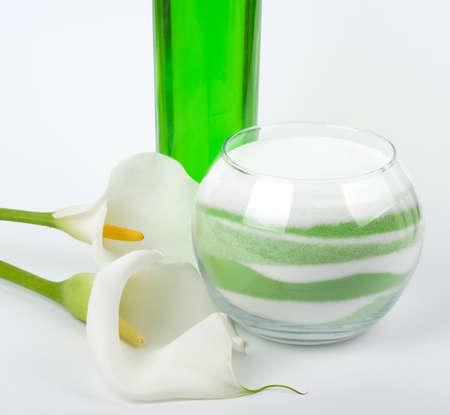 calas blancas: Aceites de belleza spa y sal con callas blancas sobre fondo blanco