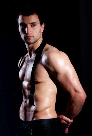 male nude: Moda uomo muscolare in occhiali da sole di moda
