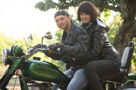 motorrad frau: Liebespaar sitzt mit dem Motorrad Lizenzfreie Bilder
