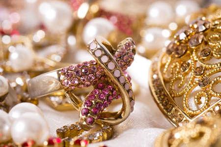 Beaux bijoux sur fond Banque d'images - 16113498