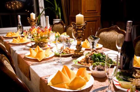 diner romantique: service avec l'argenterie et des verres à pied en verre pour un parti cas