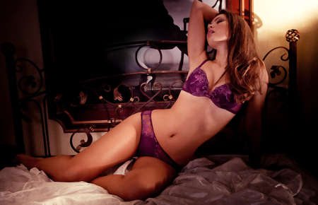 sexy fille nue: Sexy belle jeune fille brune en sous-v?ments